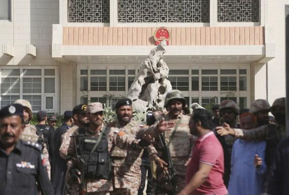 Lực lượng an ninh Pakistan tại hiện trường vụ tấn công Lãnh sự quán Trung Quốc ở TP Karachi ngày 23-11-2018. Ảnh: AP