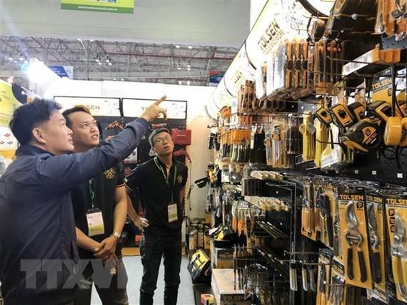 Nhiều sản phẩm công nghiệp hỗ trợ thu hút khách tham quan. Ảnh: TTXVN