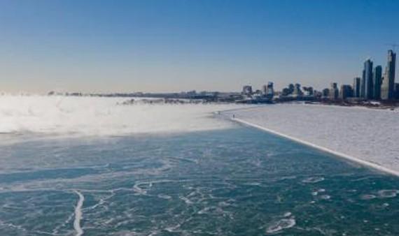 Hồ Michigan tại Chicago, Mỹ, đóng băng trong thời tiết giá lạnh ngày 30-1-2019. Ảnh: THX/ TTXVN