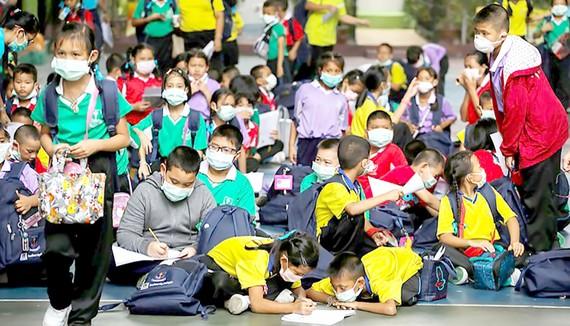 Học sinh ở Bangkok, Thái Lan phải đeo khẩu trang chống bụi để học tập