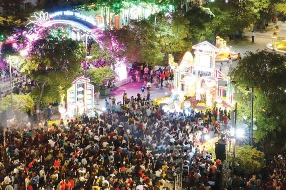 Đông đảo người dân và du khách tham quan Đường hoa Tết Kỷ Hợi 2019 ngay sau lễ khai mạc
