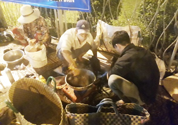 Sáng 30 tết, tại các chợ không kịp làm gà