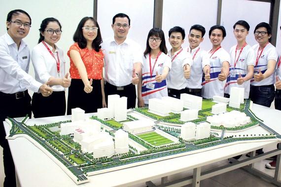 TS Dương Thị Thùy Vân (thứ 3 từ trái sang) hướng dẫn sinh viên làm sa bàn Trường ĐH Tôn Đức Thắng