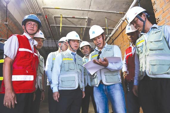 Ông Lê Viết Hải - Chủ tịch HĐQT, Tổng Giám đốc Công ty CP  Tập đoàn Xây dựng Hòa Bình trực tiếp xuống kiểm tra tiến độ thi công công trình trọng điểm