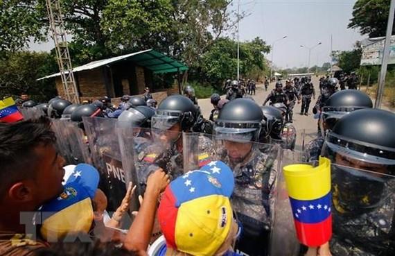 Cảnh sát Venezuela ngăn chặn những người biểu tình quá khích tại khu vực biên giới giữa Venezuela và Colombia ngày 23-2.