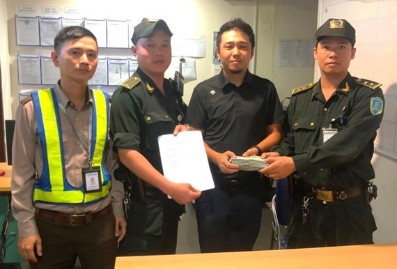 Lực lượng ANHK sân bay quốc tế Đà Nẵng trao trả tài sản cho ông Yan Guangzhu