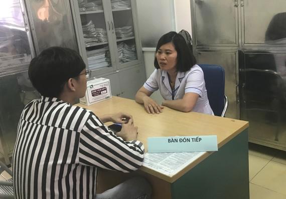 Nhân viên y tế Phòng khám đa khoa số 3 - Trung tâm Y tế Đống Đa tư vấn về PrEP cho khách hàng. Ảnh: Hanoimoi