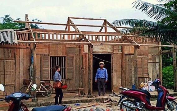 Nhà ở của người dân bị tốc mái. Ảnh: Nhân dân