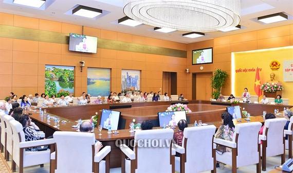 Chủ tịch Quốc hội Nguyễn Thị Kim Ngân gặp mặt đại diện nhân dân khu dân cư số 10, phường Vĩnh Phúc, quận Ba Đình, thành phố Hà Nội.