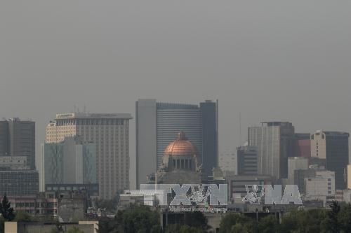 Khói mù bao phủ bầu trời Mexico City, Mexico ngày 3-5. Ảnh: THX/TTXVN