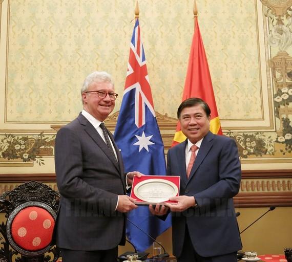 Chủ tịch UBND TP Nguyễn Thành Phong tặng quà lưu niệm cho ông Paul de Jersey. Ảnh: hcmcpv