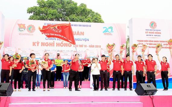 Phó Bí thư Thành ủy TPHCM Võ Thị Dung trao cờ xuất quân chiến dịch Kỳ nghỉ hồng