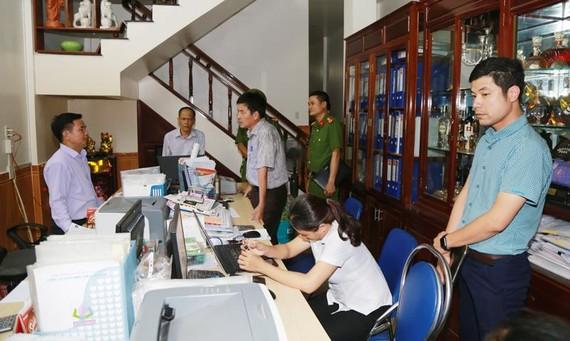 Lực lượng công an khám xét trụ sở Doanh nghiệp tư nhân Tuyết Liêm