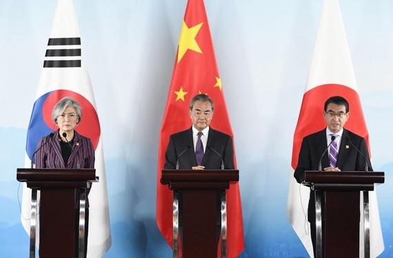 Từ trái qua phải: Ngoại trưởng Hàn Quốc Kang Kyung-wha, Ngoại trưởng Trung Quốc Vương Nghị, Ngoại trưởng Nhật Bản Taro Kono tại Hội nghị Ngoại trưởng 3 bên Hàn - Trung - Nhật tại Bắc Kinh ngày 21-8. Nguồn: Kyodo