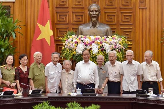 Thủ tướng Nguyễn Xuân Phúc và các đồng chí trực tiếp phục vụ, bảo vệ Bác Hồ. (Ông Trần Viết Hoàn đứng thứ hai bên phải). Ảnh: VGP