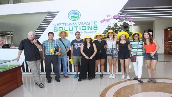 Đoàn kỹ sư, kiến trúc sư đến từ Barcelona chụp ảnh lưu niệm cùng lãnh đạo Công ty VWS