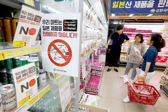 Một siêu thị ở Hàn Quốc dán biểu ngữ không mua bán hàng hóa của Nhật Bản