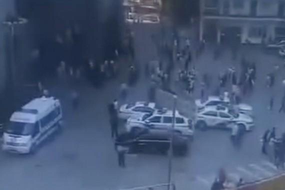 Xe cảnh sát tại hiện trường trường tiểu học xảy ra vụ tấn công bằng dao. Ảnh: miaopai