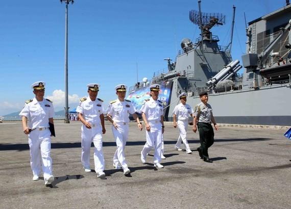 Sỹ quan và thủy thủ tàu Hải quân Hàn Quốc đến thăm thành phố Đà Nẵng. Ảnh: TTXVN