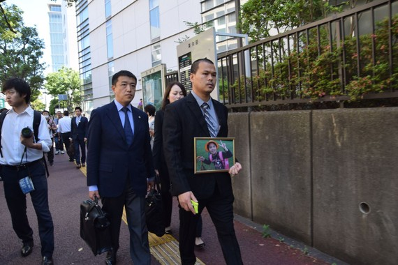 Anh Lê Anh Hào (trái), bố của bé Nhật Linh, tới Tòa án quận Chiba, Nhật Bản khi bắt đầu phiên tòa sơ thẩm xét xử nghi phạm Yasumasa Shibuya ngày 4-6. Ảnh: TTXVN