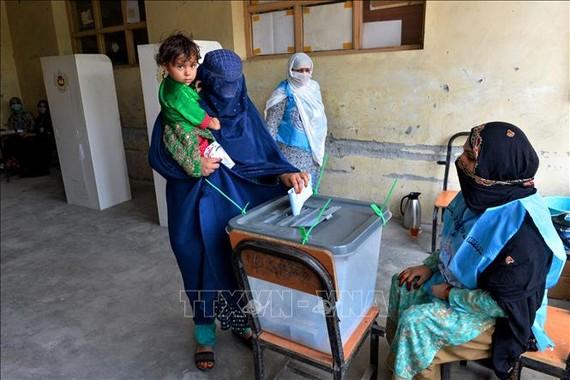 Cử tri Afghanistan bỏ phiếu tại điểm bầu cử Tổng thống ở Jalalabad ngày 28-9-2019. Ảnh: TTXVN