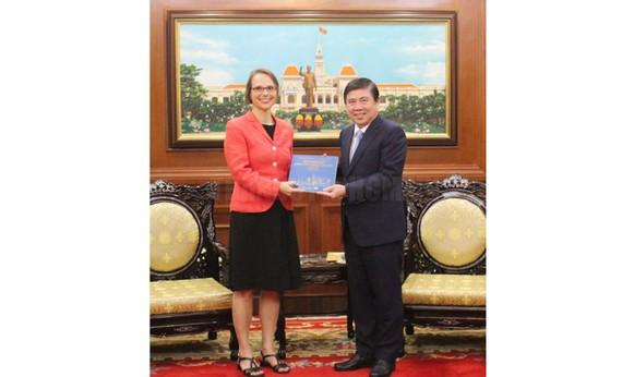 Chủ tịch UBND TPHCM Nguyễn Thành Phong tặng quyển sách về TPHCM cho Tổng Lãnh sự CHLB Đức tại TPHCM Josefine Wallat. Ảnh: hcmcpv