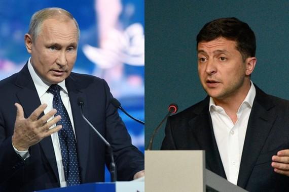 Tổng thống Nga Vladimir Putin (trái) và Tổng thống Ukraine Volodymyr Zelensky. Ảnh: RT.