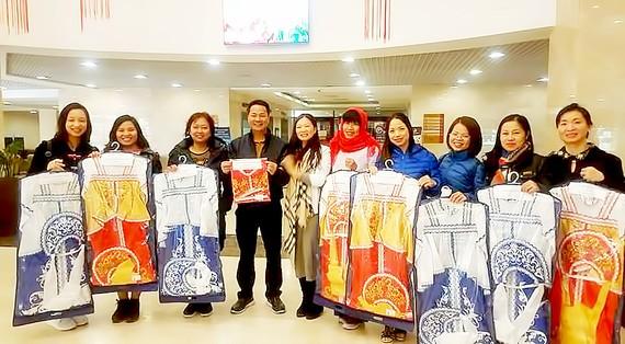 Các bạn 91-94 HN ở Nga trao tặng trang phục truyền thống Nga cho các bạn ở Việt Nam sang