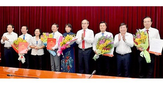 Lãnh đạo TPHCM chúc mừng 5 tân Thành ủy viên Thành ủy TPHCM. Ảnh: VIỆT DŨNG