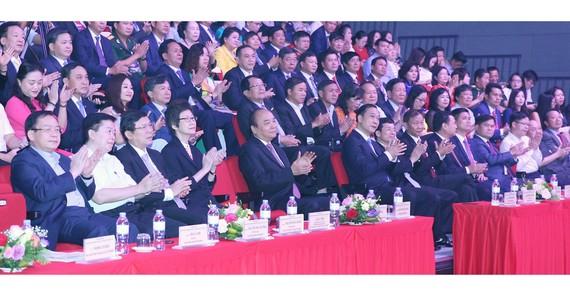 Thủ tướng Nguyễn Xuân Phúc và các đại biểu tham dự buổi lễ tôn vinh doanh nhân Việt Nam. Ảnh: TTXVN