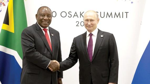 Tổng thống Nga Vladimir Putin (phải) gặp Tổng thống Nam Phi Cyril Ramaphosa bên lề Hội nghị thượng đỉnh G20 tại Nhật Bản hồi tháng 6-2019