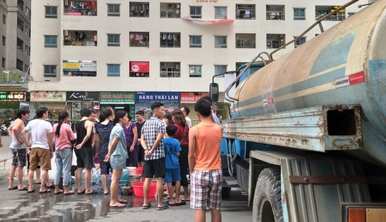 Cư dân chung cư Linh Đàm (Hà Nội) xếp hàng chờ lấy nước sạch từ xe téc