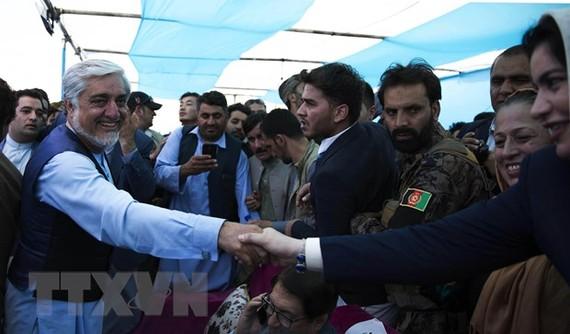 Ứng viên Tổng thống Afghanistan Abdullah Abdullah bên những người ủng hộ trong chiến dịch vận động tranh cử ở tỉnh miền Tây Herat ngày 24-9-2019. Nguồn: THX/TTXVN