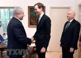 Cố vấn Nhà Trắng Jared Kushner (giữa) và Đặc phái viên của Tổng thống Mỹ về Trung Đông Jason Greenblatt (phải) trong cuộc gặp Thủ tướng Israel Benjamin Netanyahu tại Jerusalem