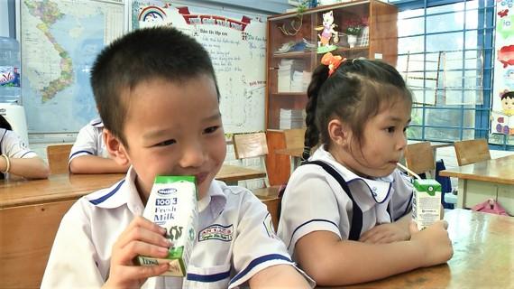 Từ ngày 1-11-2019, hơn 300.000 trẻ em mầm non và học sinh khối lớp 1 các trường tiểu học của 10 quận, huyện trên địa bàn TPHCM sẽ được uống sữa học đường