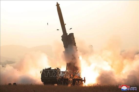 Hệ thống phóng rocket đa nòng cỡ siêu lớn được phóng thử tại vùng phía Tây của Triều Tiên hướng về Biển Nhật Bản, ngày 31-10-2019. Ảnh: YONHAP/TTXVN