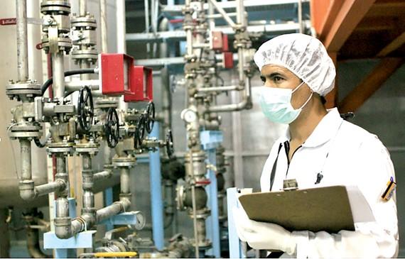 Nhân viên kỹ thuật Iran làm việc tại một cơ sở làm giàu uranium gần Tehran. Ảnh: Tư liệu