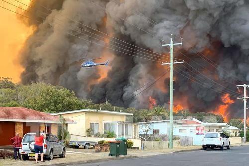 Lính cứu hỏa nỗ lực dập lửa cháy rừng tại Harrington, cách thủ đô Sydney, Australia khoảng 335km về phía Đông Bắc ngày 8-11-2019