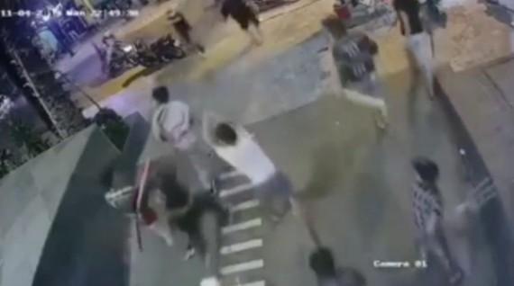 """Quân """"Xa lộ"""" bị các đối tượng đuổi chém. Ảnh cắt từ clip"""