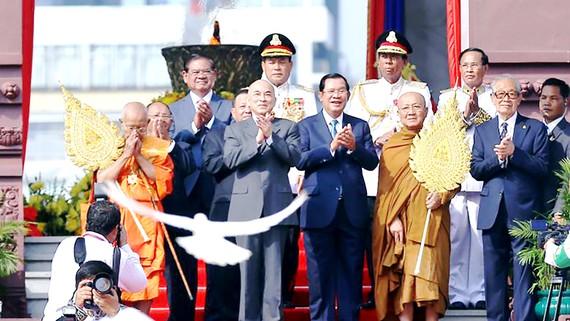 Quang cảnh lễ kỷ niệm Quốc khánh lần thứ 66 của Vương quốc Campuchia