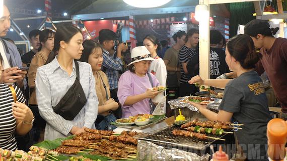 Liên hoan thu hút đông đảo thực khách tham quan, thưởng thức món ngon Việt Nam và các nước. Ảnh: hcmcpv