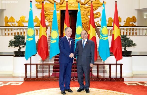Thủ tướng Nguyễn Xuân Phúc và Chủ tịch Hạ viện Kazakhstan Nurlan Nigmatulin. Ảnh: VGP