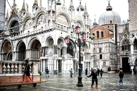 Quảng trường Saint Mark ngập sâu hơn 1m, trong khi nhà thờ cổ gần đó trải qua lần ngập nước thứ 4 trong 20 năm qua