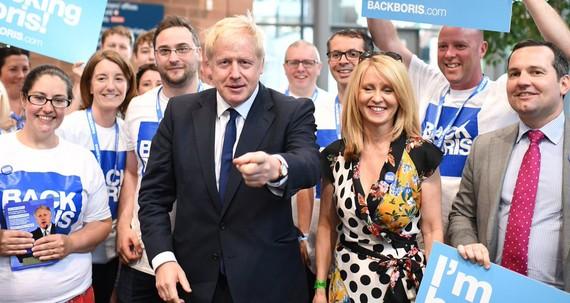 Đảng Bảo thủ của ông Johnson vẫn đang dẫn đầu các cuộc thăm dò