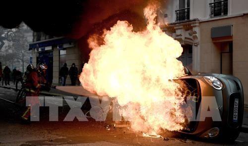 """Ô tô bị đốt cháy trong cuộc biểu tình """"Áo vàng"""" tại Paris, Pháp, ngày 16-11-2019. Ảnh: TTXVN"""