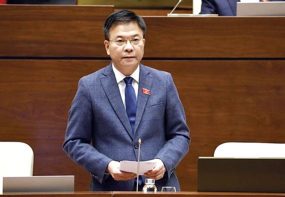 Bộ trưởng Bộ Tư pháp Lê Thành Long giải trình ý kiến của đại biểu Quốc hội Ảnh: TTXVN