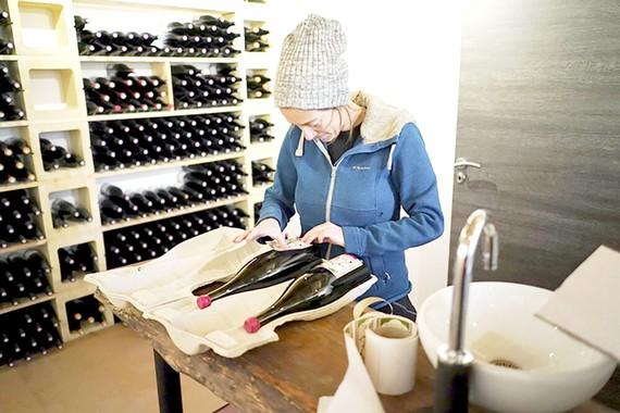 Một nhân viên quản lý hầm rượu vang Beaujolais