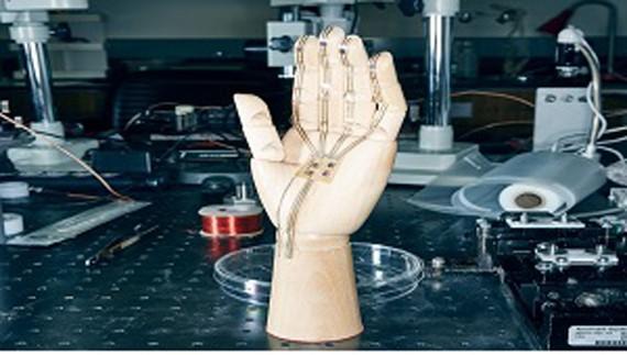 Công nghệ mới giúp tay giả có cảm giác