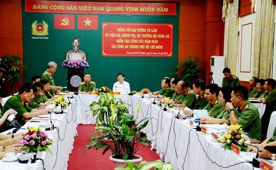 Bộ trưởng Bộ Công an Tô Lâm và Chủ tịch UBND TPHCM Nguyễn Thành Phong nghe lãnh đạo Công an TPHCM báo cáo công tác đảm bảo an ninh trật tự trên địa bàn. Ảnh: TUẤN VŨ