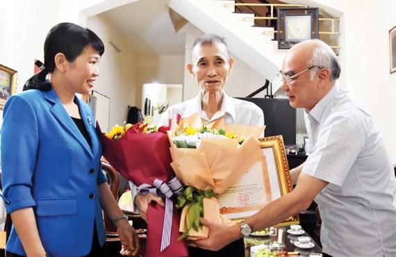 Đồng chí Phan Nguyễn Như Khuê trao Bằng khen của Thủ tướng Chính phủ tặng Anh hùng Lao động, Tiến sĩ Bùi Văn Toản